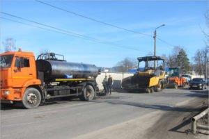 Ремонт «убитой» дороги на брянской улице Речной ведут сразу два подрядчика