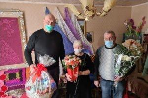 Николай Валуев поздравил с праздником клетнянскую мастерицу