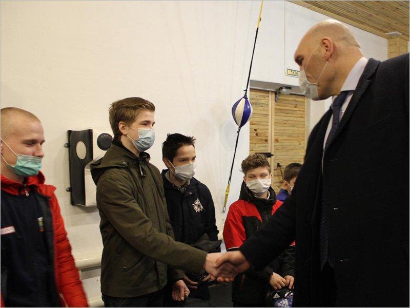 Депутат Госдумы Николай Валуев передал спортинвентарь и книги для юных жителей Клетнянского района