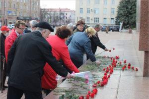 Брянские коммунисты возложили красные гвоздики к памятнику Ленину в день рождения вождя