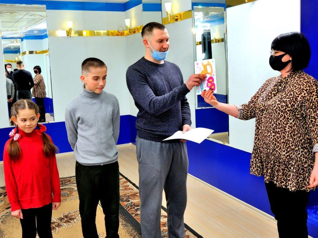 Семью Тишиных из Бежицы власти поздравили с рождением четвёртого ребенка