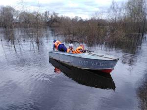 Жители трёх выгоничских деревень два месяца будут ездить в магазин на лодке