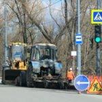 С улиц Брянска убрали уже 11,6 тонн песка. С помощью тракторов, «Бродвеев» и пылесосов…