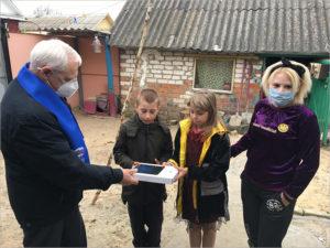 Депутат-волонтёр Николай Стародубцев подарил планшет новозыбковской многодетной семье