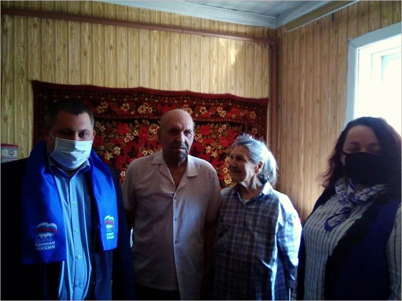 Новозыбковские единороссы поздравили своего старейшего однопартийца с 89-м днём рождения