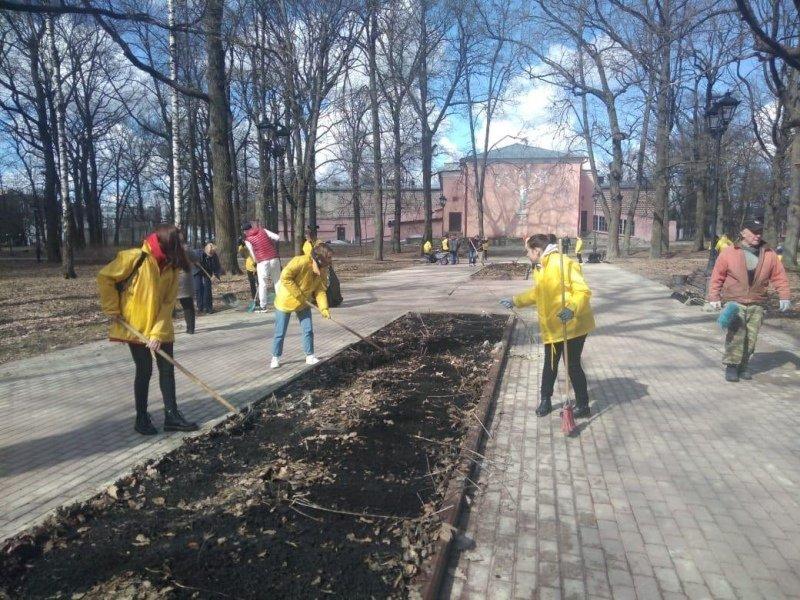 Брянские студенты провели генеральную уборку в городских парках