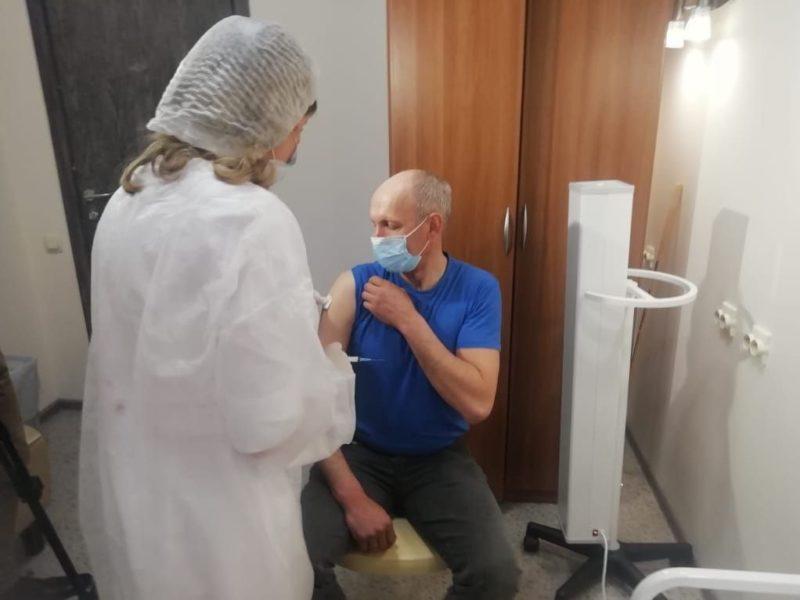 В пунктах ковид-вакцинации в ТРЦ Брянска за первые сутки привились почти 140 человек