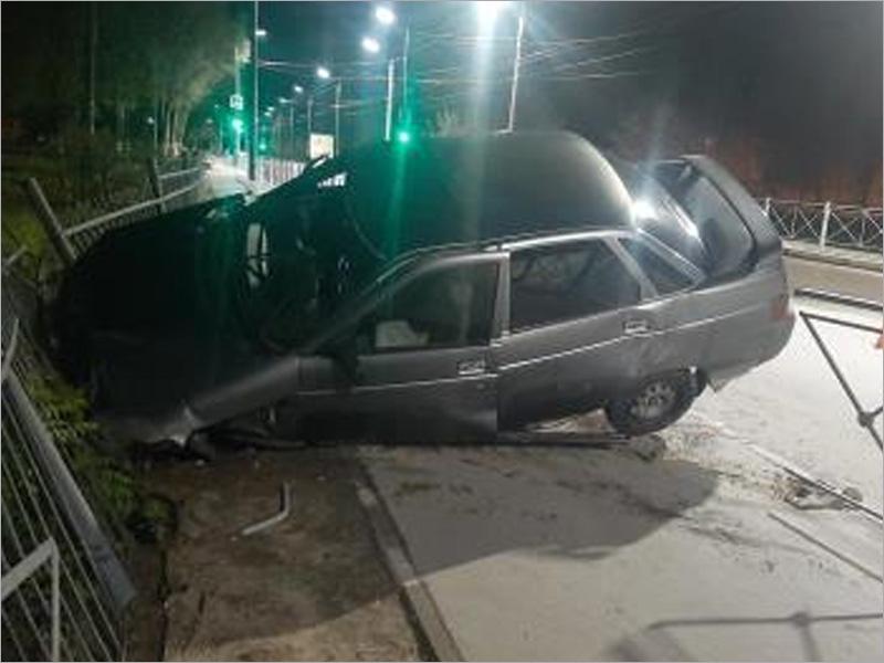 В Брянске пьяный водитель на «десятке» ночью улетел в забор. Без жертв