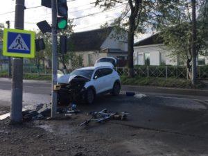 В Брянске водитель кроссовера разбил машину и себя о столб