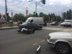 В Брянске на Кургане Бессмертия иномарка «поймала на капот» мотоциклиста. Тот отделался ушибами