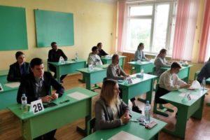 Брянские выпускники начали сдавать ЕГЭ. С географии, химии и литературы