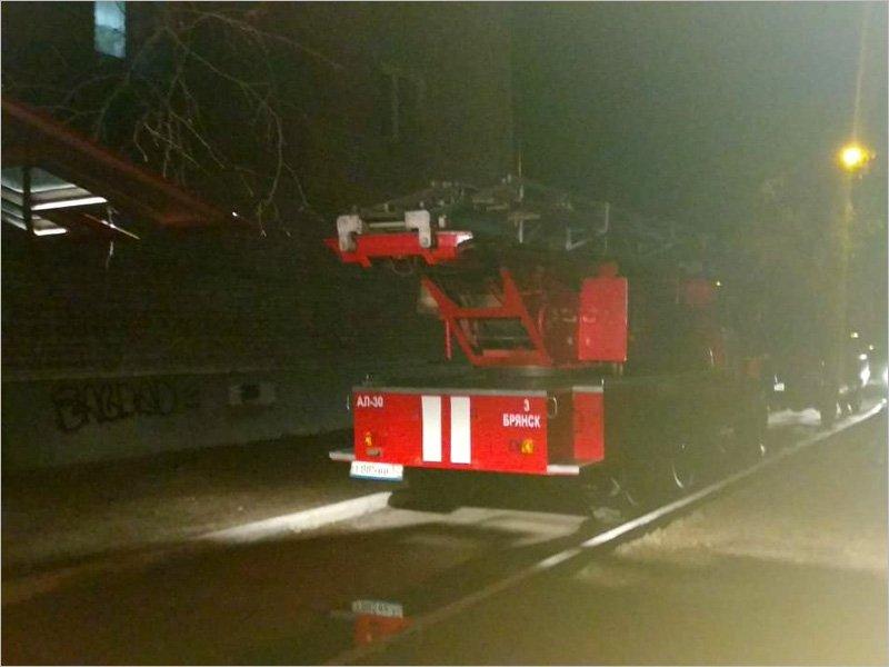 В Брянске пожарные около часа тушили горевшую квартиру. Есть обожжённый