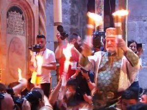 Благодатный огонь сошёл в Иерусалиме. В Брянск его обещают привезти в пасхальную ночь