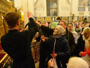 Благодатный огонь добрался до Брянска в пасхальную ночь в завершение литургии