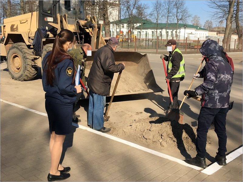 Улицы Клинцов ко Дню Победы убирают осуждённые к обязательным работам