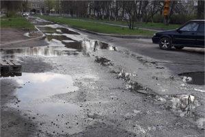 Брянская «вечная лужа» утекает с улицы Медведева и размыла улицу Молодой Гвардии. Городские власти обещают когда-нибудь ямочный ремонт