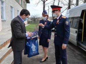 Брянские следователи в канун Дня Победа навестили постояльцев подшефного дома престарелых