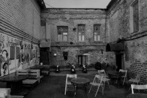 Брянская кофейня открыла летнюю веранду в исторически разрушенном дворе