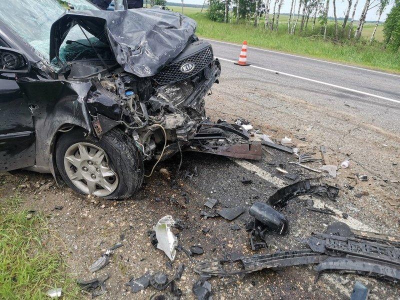 На местной дороге в Брянской области произошло смертельное ДТП. Среди пострадавших — дети