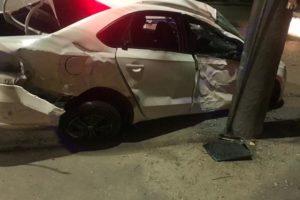 В ночном ДТП в Бежице водитель иномарки задел машину и въехал в столб. Пострадали трое пассажиров