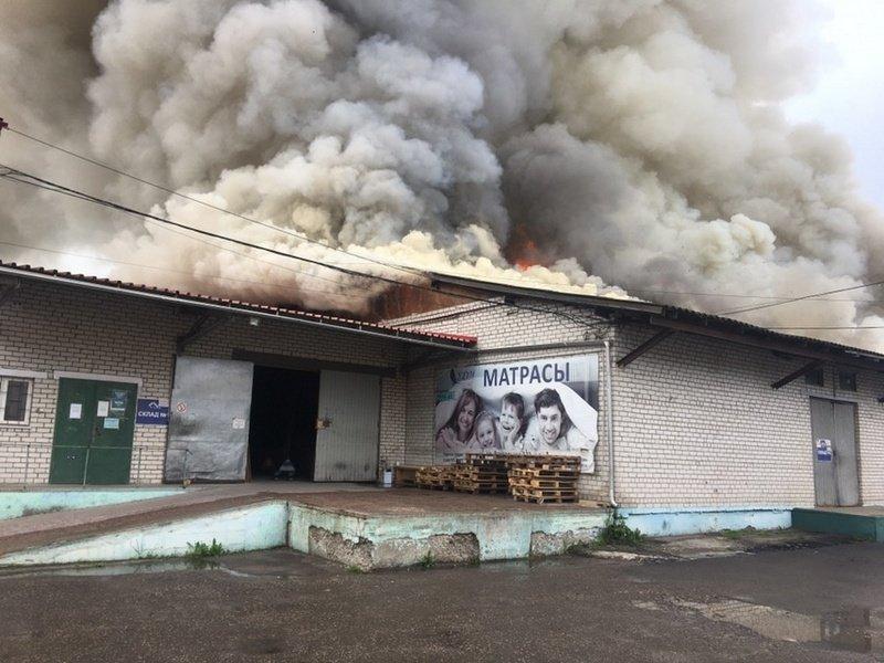 В Брянске горит мебельный склад, площадь пожара больше 600 квадратных метров