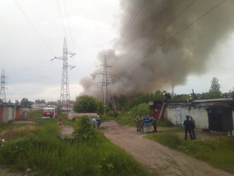 В Брянске горит мебельный склад, площадь пожара большее 600 квадратных метров