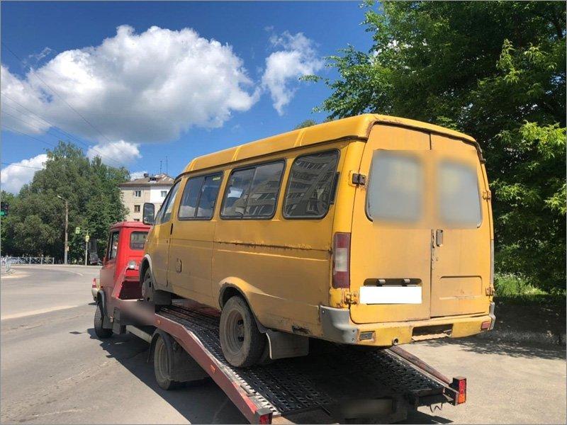 Дорожная полиция в Брянске «выловила» маршрутку с пассажирами и неисправным рулевым управлением