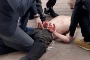 В Брянске, не дожидаясь полиции, скрутили неадеквата, нападавшего на детей и машины