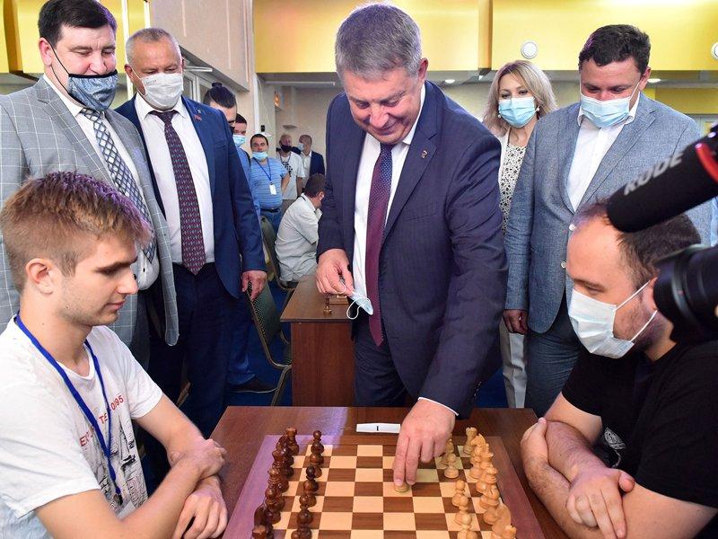 Губернатор сыграл е2-е4: брянский турнир по быстрым шахматам начался с символического хода главы региона