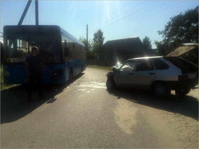 В Брянске цыганская «девятка» протаранила пассажирский автобус маршрута №9