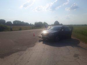 На брянской дороге в легковушку врезались двое подростков на мопеде. Один из них погиб