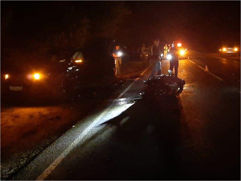 На дятьковской трассе мотоциклист на полной скорости въехал в авто и погиб