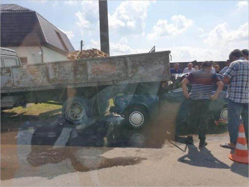 Не-Верный Путь: на окраине Брянска легковушка заехала под мини-грузовик