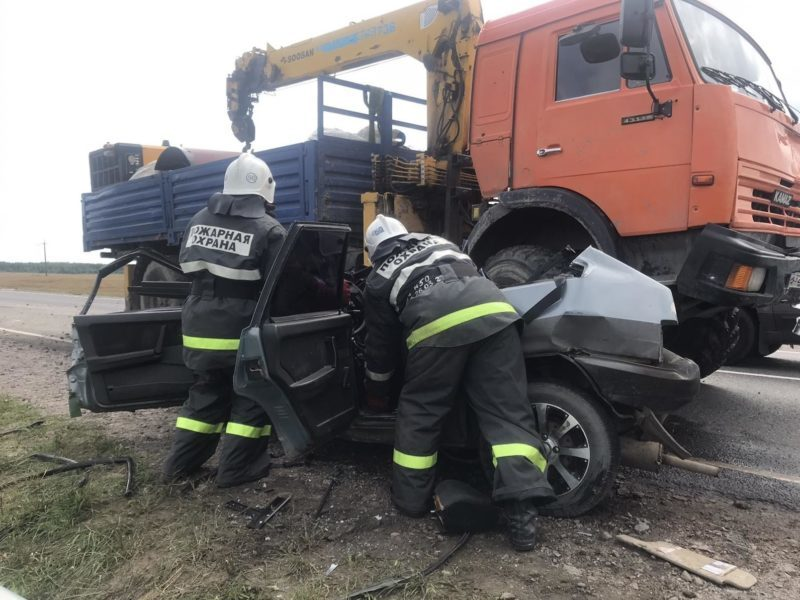 В массовом ДТП под Унечей Брянской области погибли водитель и пассажирка ВАЗа