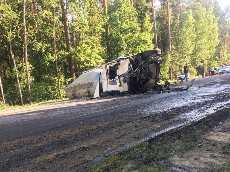 На объездной под Брянском столкнулись три большегруза, пострадал один из водителей