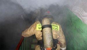 Унечские пожарные потушили горящую квартиру на четвёртом этаже в центре города