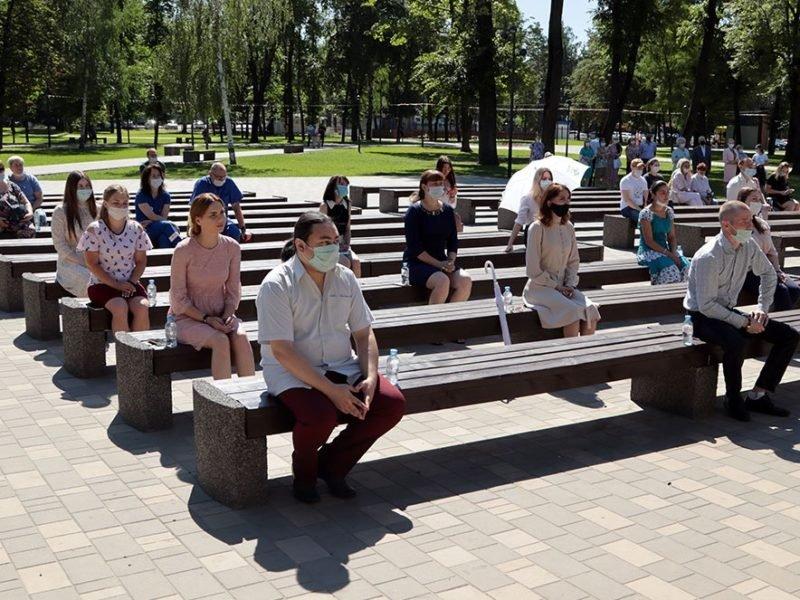 В Брянске 30 детей-сирот получили ключи от новых квартир. А губернатор пообещал «опустить цены на жильё»