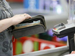 Начинающий брянский грабитель выхватил у пенсионерки кошелёк прямо на кассе в аптеке
