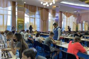 Этап Гран-при России по быстрым шахматам в Брянске стартовал с сеанса одновременной игры