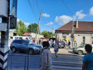 В брянском райцентре водитель легковушки проехал на красный и врезался в пешеходов