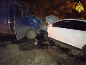 В Брянске друг друга протаранили легковушка и микроавтобус
