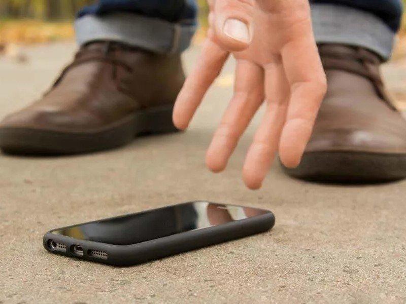 На жителя Брянска повесили кражу двух найденных им смартфонов