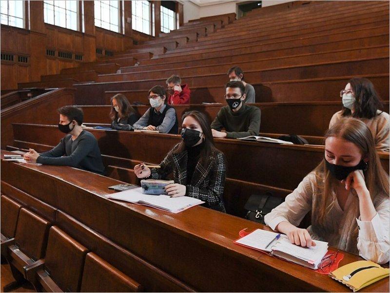 Вузам рекомендовано перевести на удалёнку студентов, не привитых от COVID-19. И выселить их из общежитий