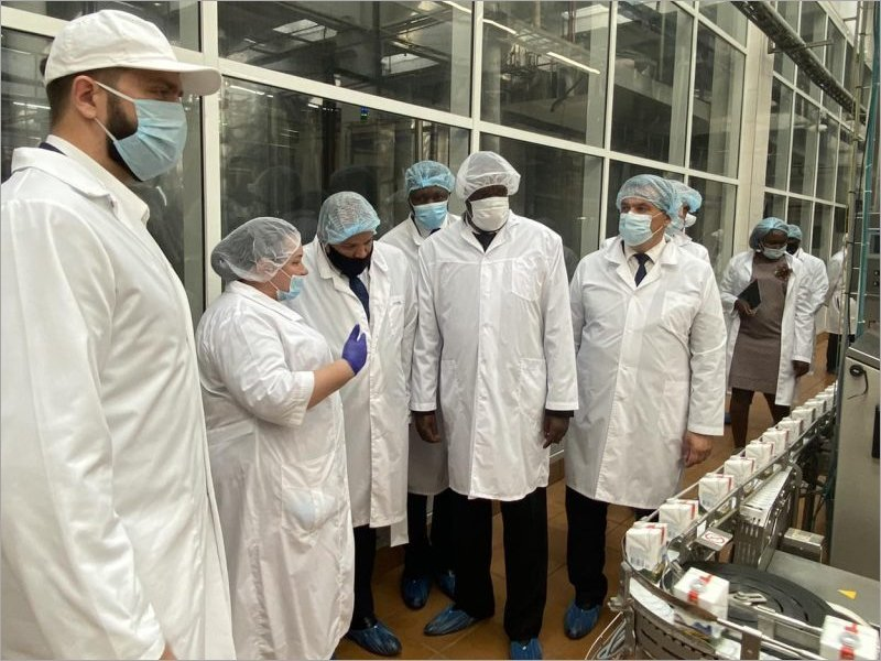 Чёрное и белое: угандийскому послу предложили поставки брянского молока. Картошка у него в стране уже есть