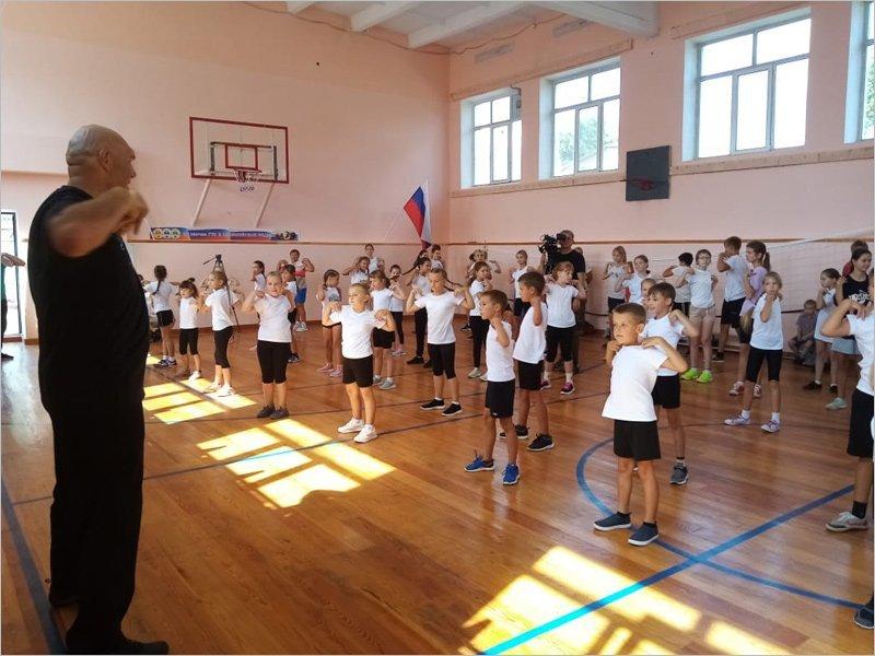 Николай Валуев провёл «Зарядку со звездой» с выгоничскими школьниками