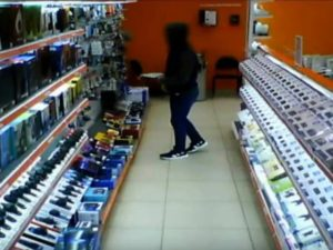 В Брянске по камерам отловили начинающего вора — любителя «халявных» гаджетов