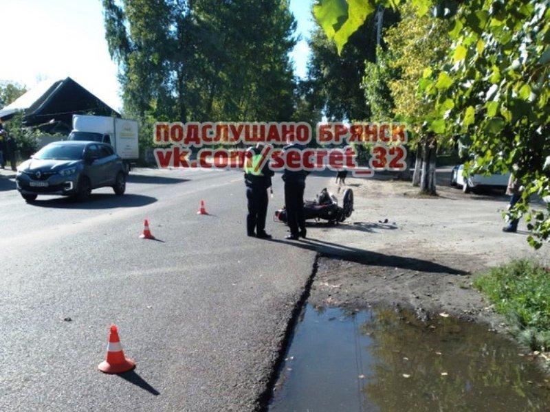 Скутерист сломал ногу в столкновении с иномаркой в Брянске