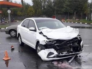 У АЗС на улице Бурова в Брянске  не поделили дорогу две иномарки
