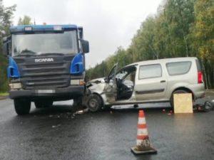 В ДТП под Новозыбковом легковушка «повстречалась» с двумя большегрузами. Водитель погиб