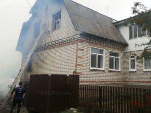 Дятьковские пожарные два часа тушили горящий дом в посёлке Старь